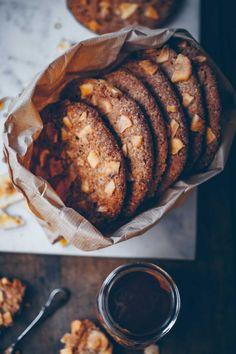 Vegan Banoffee Cookies - Klara`s Life Vegan Treats, Vegan Foods, Cookies Vegan, Sandwich Bar, Cookie Recipes, Dessert Recipes, Banoffee, Galletas Cookies, Vegan Christmas
