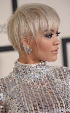 La sublime Rita Ora porte ici la pixie cut de façon asymétrique, mais avec beaucoup de classe et d'élégance. On craque pour ses mèches blond platine, presque argentées, effilées et de différentes longueurs, qui lui permettent d'habiller son visage angélique. Un look stylé et décalé, on adore !