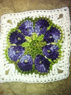 Beautiful with variegated yarn. Crochet Squares, Crochet Granny Square Afghan, Crochet Circles, Crochet Blocks, Granny Squares, Crochet Wool, Crochet Motif, Crochet Crafts, Crochet Projects
