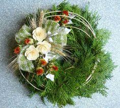 dusickove kose - Hledat Googlem Christmas Arrangements, Floral Arrangements, Door Wreaths, Grapevine Wreath, Grave Decorations, Pine Branch, Funeral Flowers, Ikebana, Diy And Crafts