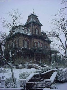 this is archetype of spooky house - clever of Mr Disney. I have done my own design and sketch, see nearby. Old Abandoned Houses, Abandoned Buildings, Abandoned Places, Old Houses, Abandoned Castles, Manor Houses, Creepy Houses, Spooky House, Old Mansions