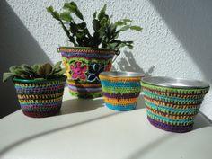 Cachepôs de crochet feitos com linhas coloridas