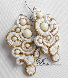 Orecchini in soutache con perle di agata bianca di varie misure. Fa parte della line antica Roma.