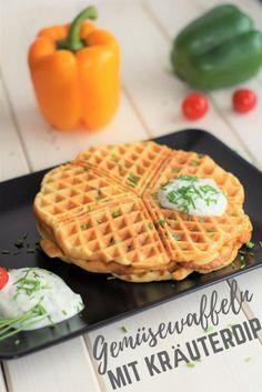 Gemüsewaffeln mit Kräuterdip Für den Waffelteig: 2 Zucchini (450 g)《 60 g Karotte《 120 g Paprika, rot《 4 Eier《 170 g Quark (z. B. 20%igen)《 150 Dinkelmehl Type 630《 ½ TL Zucker《 1 Prise Salz《 1 Prise Pfeffer《 ½ Pck. Backpulver 《《《 Für den Kräuterdip:《 150 g Joghurt《 150 g Quark (z. B. Mix aus 20 % und 40 %)《 2 EL gehackte Küchenkräuter, z. B. Schnittlauch und Dill《 1 Prise Zucker《 1 Prise Salz《 1 Prise Pfeffer