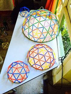 You can get a lot of motivation from these photos and create a showpiece of a design. Geodesic Dome Greenhouse, Geodesic Dome Homes, Diy And Crafts, Arts And Crafts, Paper Crafts, Eco Construction, Dome Structure, Roof Shapes, Raised Bed Garden Design