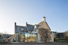 London studio Jonathan Tuckey Design has added a contemporary glazed extension to Yew Tree House, a Grade II-listed Cotswolds house to provide additional space without detracting from the original building Architecture Durable, Architecture Design, Historic Architecture, Building Extension, Glass Extension, Extension Veranda, Cottage Extension, Cottage Renovation, Listed Building