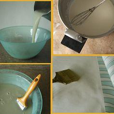 La colle à papiers peints est facile à réaliser. A base de farine, elle est très saine. L'ajout d'essence de térébenthine* la rend imputrescible et naturellement insecticide. Cette recette traditionnelle a longtemps été utilisée par les décorateurs.    Délayer 250 g de farine de seigle (ou de blé) dans 1 litre d'eau tiède. Mélanger au fouet. Ajouter l'eau petit à petit jusqu'à former une soupe très liquide, lisse et sans grumeaux.
