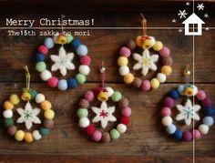 みなさんこんにちは 本日は羊毛フェルト、ヒトリカゼの作品です 「リース」 ころころの丸い羊毛フェルトボールを つなげてリースにしました ボールの中はワイヤーが通っていますので意外と丈夫! 真ん中はスノーフレイクを飾りました そして真ん中にベルを付けました 大きさは直径12セン... Christmas Card Crafts, Diy Christmas Ornaments, Felt Christmas, Felt Ornaments, Handmade Christmas, Holiday Crafts, Pom Pom Crafts, Felt Crafts, Diy And Crafts