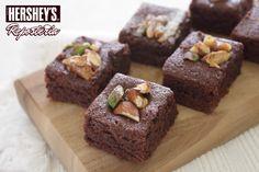 15 minutos bastarán para preparar estos Brownies simplemente especiales con Chispas de chocolate con leche Hershey's®. Consulta la receta en el siguiente link: http://bddy.me/1bMPZk8 #Hersheys #Chocolate #InspiraSonrisas #Repostería #Postres #Receta #DIY #Bakery #Brownie