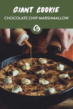 Man soll ja aufhören, wenn's am schönsten ist. Halte ich aber mal so gar nix von! Dessert geht schließlich immer! Für die volle Nachtisch-Dröhnung nehmen wir Schokolade und verbacken sie zusammen mit unseren Marshmallows in der Gusseisenpfanne zu einem riesen Keks-Spektaktel, das (nicht nur) dem Krümelmonster die Freudentränen in die Augen treibt. Chocolate Chip Marshmallow Cookies, Giant Marshmallows, Some Recipe, Veggie Bbq, Chips, Veggies, Sweets, Eat, Cooking
