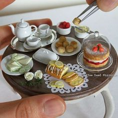 z- Miniature Afternoon Tea (By Coffee Seed Miniatures) Miniature Crafts, Miniature Food, Miniature Dolls, Polymer Clay Miniatures, Dollhouse Miniatures, Barbie Bebe, Crea Fimo, Raspberry Tarts, Doll Food