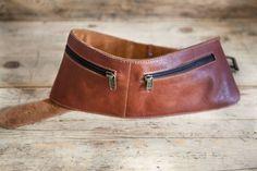 Riñonera de piel hecha con cuero de curtición vegetal. Cinturón de doble forro para la cintura con dos bolsillos exteriores y otro interior. Cintur