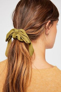 Blonde Hair Color Ideas For Summer Discover Bow Scrunchie Slide View Bow Scrunchie Cute Hairstyles For Medium Hair, Pretty Hairstyles, Medium Hair Styles, Prom Hairstyles, Parisian Chic Style, Hair Magazine, Hairstyle Magazine, Shoulder Length Hair, Scrunchies