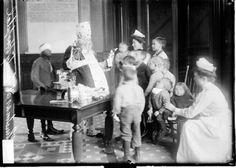 Santa visits children at Cook County Hospital, 1909, Chicago. LoC.gov