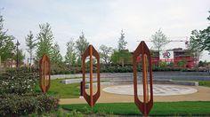 W022 2015 02 15 Weverslabyrint. De schietstoelen zijn ook onderdeel van het Weverslabyrint en spelen met hun schaduw ook een rol op het pad.