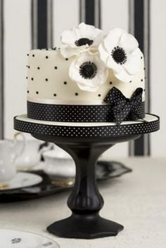 Black and White Wedding Theme Cake and Cupcake Decoration Ideas (it has the flower I want and spots!!!)