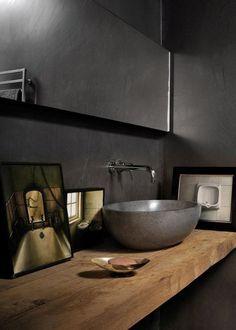 Stilvolle und mutige Badgestaltung in Schwarz mit holzwaschtisch und rundem waschtisch