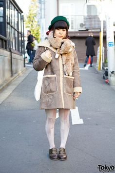 Feb 2014: Kana is wearing a shearling coat with oxfords and a canvas tote. Her plushie muffler is from Syrup. We also noticed her green beret, bow earrings, piercings, and cute braided hairstyle with red highlights.