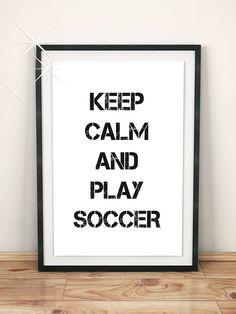 """Geschenk für Männer: Ein tolles Geschenk für Fußball-Fans! Mit Liebe entworfenes Poster mit der Aufschrift """"Keep calm and play soccer!"""""""