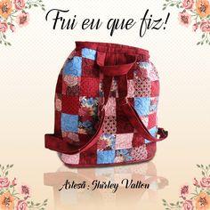 Mochila linda feita pela artesã Shirley Valton com os tecidos Fabricart. Adoramos a combinação das cores e estampas!