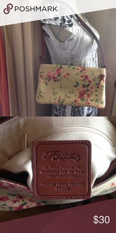 FOSSIL PURSE NWOT This is a lovely bag. New never used. Leather shoulder strap. In MINT Condition Fossil Bags Shoulder Bags