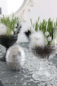 A table is still too simple, and the white desktop looks monotonous. Decoration Table, Decoration Restaurant, Easter Crafts, Easter Decor, Happy Easter, Happy Holidays, Easter Eggs, Floral Arrangements, Diy And Crafts