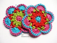 2 Stk. Häkelblumen, ca. 7,5 cm Durchmesser, in den Farben, pink, türkis, apfel und rot, 100 % Baumwolle, in wechselnder Reihenfolge,waschbar bis 40 Grad.