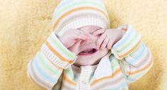 bebé llorando y frotándose los ojos