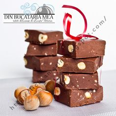 Homemade chocolate with hazelnuts Just Desserts, Delicious Desserts, Dessert Recipes, Yummy Food, Chocolate Fudge, Homemade Chocolate, Chocolate Dreams, My Favorite Food, Favorite Recipes