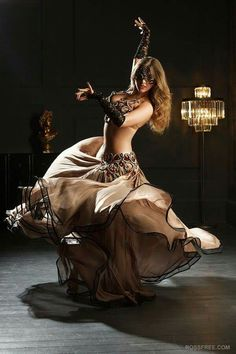 """This isn't necessarily tribal, but I'e always loved a """"twirly"""" skirt . Belly Dance Outfit, Belly Dance Costumes, Burlesque Costumes, Flamenco Dancers, Belly Dancers, Tribal Fusion, Dance Oriental, Art Indien, Chica Fantasy"""