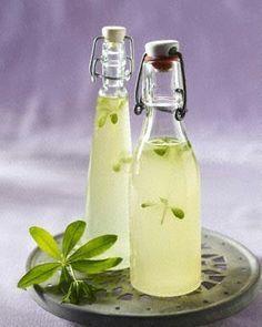 Waldmeister-Sirup selber machen: Zutaten für ca. 600 ml: 1 dickes Bund Waldmeister 400 g Zucker 4 EL Zitronensaft