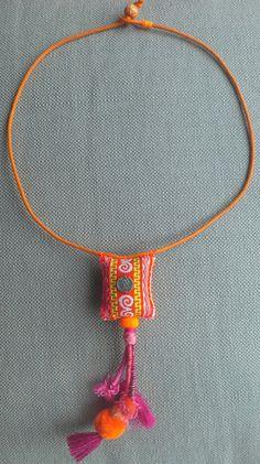 Collier/Pendentif textiles aux couleurs vives et par VeronikB
