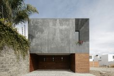 Mexican architecture firm Espacio 18 has made the most of a restricted site in Puebla, by incorporating a bright internal courtyard and a rooftop patio into a dark-rendered residence. Casa Once spa. Concrete Siding, Stucco Siding, Concrete Houses, Wood Siding, Wood Cladding, Architecture Résidentielle, Internal Courtyard, Modern Exterior, Home Design