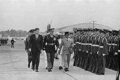 The first president of Republicf Indonesia Soekarno is examining the American army with U. President John F Keneddy Historical Quotes, Historical Pictures, Army Names, The One, The Past, Jfk Jr, Dutch Colonial, Rare Images, Founding Fathers