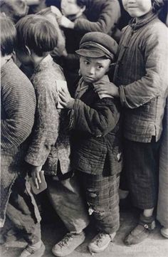 Henri Cartier-Bresson, Enfants attendant une distribution de riz, Shanghai, 1949. © Henri Cartier-Bresson/Magnum Photos – Courtesy Fondation Henri Cartier-Bresson.
