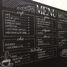 Menu em parede lousa, escrito e desenhado à mão e com giz, para mostrar os principais produtos do cardápio no novo espaço do London Café.