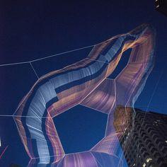 Une œuvre monumentale, aérienne et colorée est installée dans le ciel de Boston depuis mai jusqu'en octobre 2015. Un voile en suspension a été mis en place et tissé entre les buildings par l'artiste américaine Janet Echelman. ...