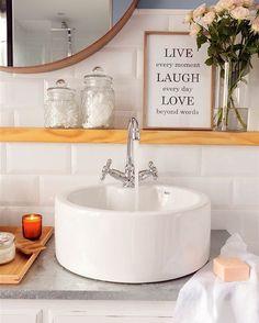 De resina, porcelana, cerámica... Con giferías de apoyo o discretamente encastadas. Hay mil y una opciones a la hora de escoger el lavabo perfecto. Y te las contamos todas ¡para que elijas tu modelo ideal!  #elmueble #lavabo #lavamanos #bathroom #baño #washbasin #sink #doublesink #bañocompartido #espejo #mirror #papelpintado #wallpaper