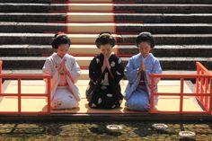 げいしゃ。 (Hina Matsuri - straw hina dolls are set afloat on...)