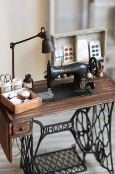 Miniature treadle sewing machine: so cute I couldn't resist pinning! http://www.geocities.jp/koapin1225/CCP.html