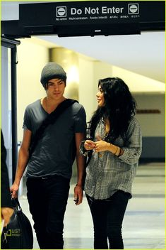 Zac Gets Goofy, Vanessa Jokes Jasmine: Photo Zac Efron and on-and-off-screen girlfriend Vanessa Hudgens return home to LAX airport in Los Angeles on Friday morning (January after promoting their newest… Zac Efron Vanessa Hudgens, Vanessa Hudgens Style, High School Romance, High School Musical 3, Troy Bolton, Bff Goals, Best Friend Goals, Zac Efron And Vanessa, Troy And Gabriella