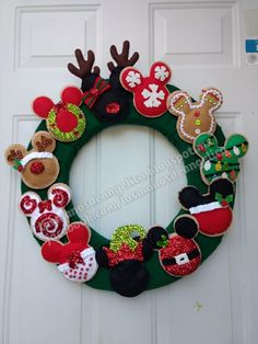 Corona de Mikey  Las manos de Angélica Disney Christmas Crafts, Disney Diy Crafts, Disney Christmas Decorations, Mickey Mouse Christmas, Felt Christmas Ornaments, Christmas Projects, Christmas Fun, Holiday Crafts, Christmas Wreaths