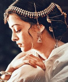 Aishwarya Rai, Pure Beauty, Pearl Necklace, Indian, Pure Products, Drop Earrings, Pearls, Princess, How To Wear