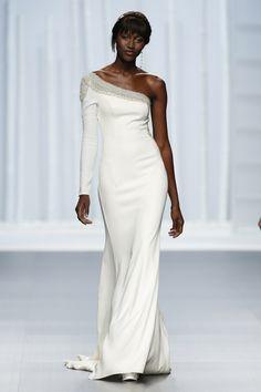 Los cortes asimétricos también estarán en los vestidos de novia 2016 de Rosa Clará
