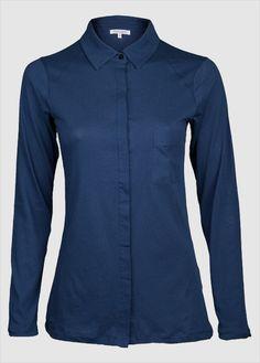 Infos zu dieser Alma & Lovis Bluse: Schnitt: Regular fit Farbe: Blau verdeckte Knopfleiste  kleines Markenlogo hinten unter dem Kragen Material: 100% Baumwolle (Bio) GOTS-zertifiziert: CERES-0117 VEGAN...