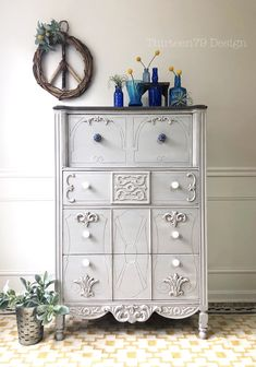 Gray chalk painted dresser makeover with carved details galore, by Design. Chalk Paint Dresser, Gray Chalk Paint, Chalk Paint Furniture, Unique Furniture, Upcycled Furniture, Shabby Chic Furniture, Diy Furniture, Diy Dresser Makeover, Furniture Makeover