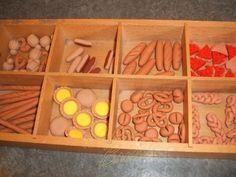 Broodjes Krakelingen van Fimoklei maken. Die kun je dan gebruiken bij taal- en rekenspellletjes.