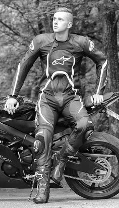 Bikers and more.- Bikers and more. Motorcycle Suit, Motorcycle Leather, Biker Leather, Leather Men, Black Leather, Bicycle Pictures, Motorbike Leathers, Biker Boys, Biker Gear
