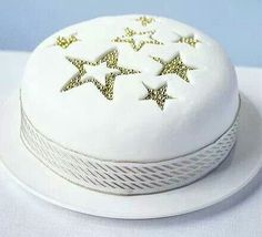 Star sparkle cake A super-simple yet effective Christmas cake decoration, especially if you want a modern looking cake Christmas Cake Designs, Christmas Cake Decorations, Christmas Cupcakes, Christmas Treats, Easy Cake Decorating, Cake Decorating Techniques, Decorating Ideas, Decorating Supplies, Cake Icing