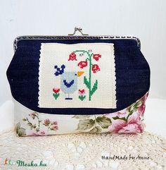 Meska - Rózsás farmer, madaras - hímzett kézitáska, csatos tárca, táska annetextil kézművestől Handmade Accessories, Farmer, Gym Bag, Coin Purse, Wallet, Bags, Beautiful, Vintage, Shoes